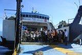 Calon penumpang berada Kapal Motor Penumpang (KMP) Satya Kencana di Pelabuhan Jangkar, Situbondo, Jawa Timur, Kamis (22/4/2021). Larangan mudik yang dikeluarkan pemerintah mulai 6 mei hingga 17 mei 2021 mendatang membuat sebagian warga Pulau Sapudi, Sumenep yang kerja di Pulau Bali mulai memadati Pelabuhan Jangkar untuk mudik terlebih dahulu. Antara Jatim/Seno/zk