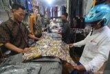 Pembeli mengamati baju koko di Pasar Kolpajung, Pamekasan, Jawa Timur, Kamis (22/4/2021). Memasuki minggu ke dua bulan Ramadhan 1442 H. menurut pedaganga, penjualan pakaian muslim seperti baju koko, sarung dan kopiah di daerah itu, naik 25-30 persen dibanding bulan sebelumnya. Antara Jaitm/Saiful Bahri/zk
