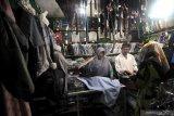 Pembeli memilih baju koko di Pasar Kolpajung, Pamekasan, Jawa Timur, Kamis (22/4/2021). Memasuki minggu ke dua bulan Ramadhan 1442 H. menurut pedaganga, penjualan pakaian muslim seperti baju koko, sarung dan kopiah di daerah itu, naik 25-30 persen dibanding bulan sebelumnya. Antara Jatim/Saiful Bahri/zk
