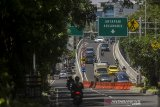 Sejumlah kendaraan menggunakan jembatan layang (Flyover) jalur Jalan Jakarta-Supratman di Bandung, Jawa Barat, Kamis (22/4/2021). Pemerintah Provinsi Jawa Barat meresmikan meresmikan dan mengoperasikan dua Flyover yakni  jalur Jalan Laswi-Pelajar Pejuang dan jalur Jalan Jakarta-Supratman guna diharapkan bisa menjadi salah satu solusi dalam mengurai dan mengatasi kemacetan di Kota Bandung. ANTARA JABAR/Novrian Arbi/agr