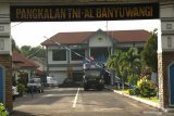 Mobil ambulance disiagakan untuk persiapan evakuasi KRI Nanggala 402 yang hilang kontak di Pangkalan TNI AL Banyuwangi, Jawa Timur, Kamis (21/4/2021). TNI AL telah menetapkan titik evakuasi pencarian kapal selam tersebut di Pelabuhan Ketapang, Banyuwangi dan Pelabuhan Gilimanuk, Bali Antara Jatim/Budi Candra Setya/zk.