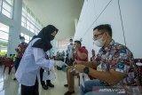 Petugas memberikan edukasi penggunaan tes GeNose C19 di Bandara Internasional Syamsudin Noor, Banjarbaru, Kalimantan Selatan, Kamis (22/4/2021). Simulasi tersebut dilakukan sebagai tahap persiapan pelayanan GeNose C19 sebagai alternatif skrining kesehatan bagi pengguna moda transportasi udara di Bandara Syamsudin Noor yang rencananya akan resmi beroperasi mulai Jumat (23/4/2021) besok. Foto Antaranews Kalsel/Bayu Pratama S.ANTARA FOTO/BAYU PRATAMA S (ANTARA FOTO/BAYU PRATAMA S)