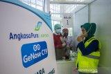 Petugas meniupkan nafas ke dalam kantong untuk dites saat simulasi pelayanan GeNose C19 di Bandara Internasional Syamsudin Noor, Banjarbaru, Kalimantan Selatan, Kamis (22/4/2021). Simulasi tersebut dilakukan sebagai tahap persiapan pelayanan GeNose C19 sebagai alternatif skrining kesehatan bagi pengguna moda transportasi udara di Bandara Syamsudin Noor yang rencananya akan resmi beroperasi mulai Jumat (23/4/2021) besok. Foto Antaranews Kalsel/Bayu Pratama S.ANTARA FOTO/BAYU PRATAMA S (ANTARA FOTO/BAYU PRATAMA S)