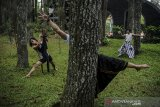 Sejumlah penari menampilkan tarian teatrikal tentang alam pada peringatan Hari Bumi di Taman Hutan Raya Juanda, Kabupaten Bandung, Jawa Barat, Kamis (22/4/2021). Tujuh orang penari yang berasal dari sanggar tari Bongkeng Art Space membawakan tarian alam selama tujuh jam tanpa henti untuk memperingati Hari Bumi. ANTARA JABAR/Raisan Al Farisi/agr