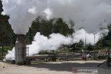 Pekerja memantau tekanan uap atau air dari lubang sumur saat uji produksi sumur (Discharge Well) di PLTP Wayang Windu Star Energy Geothermal di Desa Margamukti, Pangalengan, Kabupaten Bandung, Jawa Barat, Kamis (22/4/2021). Kegiatan uji produksi sumur tersebut bertujuan untuk membersihkan sumur dari kotoran-kotoran yang terdapat pada lubang sumur serta mengetahui besaran aliran fluida yang dihasilkan dari sumur setelah pengeboran atau perawatan. ANTARA JABAR/M Agung Rajasa/agr