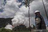 Petugas berjaga saat uji produksi sumur (Discharge Well) di PLTP Wayang Windu Star Energy Geothermal di Desa Margamukti, Pangalengan, Kabupaten Bandung, Jawa Barat, Kamis (22/4/2021). Kegiatan uji produksi sumur tersebut bertujuan untuk membersihkan sumur dari kotoran-kotoran yang terdapat pada lubang sumur serta mengetahui besaran aliran fluida yang dihasilkan dari sumur setelah pengeboran atau perawatan. ANTARA JABAR/M Agung Rajasa/agr