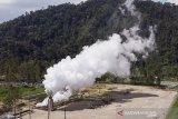 Foto udara suasana pemeriksaan tekanan uap atau air dari lubang sumur saat uji produksi sumur (Discharge Well) di PLTP Wayang Windu Star Energy Geothermal di Desa Margamukti, Pangalengan, Kabupaten Bandung, Jawa Barat, Kamis (22/4/2021). Kegiatan uji produksi sumur tersebut bertujuan untuk membersihkan sumur dari kotoran-kotoran yang terdapat pada lubang sumur serta mengetahui besaran aliran fluida yang dihasilkan dari sumur setelah pengeboran atau perawatan. ANTARA JABAR/M Agung Rajasa/agr