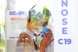 Calon penumpang melakukan tes deteksi COVID-19 menggunakan alat GeNose C19 di Bandara Sultan Thaha, Jambi, Kamis (22/4/2021). Koordinator Tim Pakar dan Juru Bicara Pemerintah untuk Penanganan COVID-19, Wiku Adisasmito mengatakan layanan GeNose C19 sudah tersedia di 12 bandara di tanah air, termasuk Jambi. ANTARA FOTO/Wahdi Septiawan/aww.