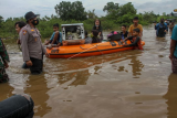 Perseonel TNI dan Polri membantu warga mengevakuasi barang-barang dari Perumahan Pesona Harapan Indah yang terendam banjir akibat luapan Sungai Sail di Pekanbaru, Riau, Kamis (22/4/2021). Hujan deras yang mengguyur Kota Pekanbaru mengakibatkan Sungai Sail meluap dan merendam permukiman warga hingga ketinggian air mencapai 1,5 meter di beberapa lokasi sehingga puluhan Kepala Keluarga terpaksa mengungsi sementara ke tempat yang lebih aman. ANTARA FOTO/Rony Muharrman/wsj.