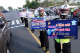 Sejumlah polisi membawa poster saat kampanye larangan mudik di kawasan Terminal Madureso, Temanggung, Jateng, Rabu (21/4/2021). Kegiatan kampanye larangan mudik oleh Satlantas Polres Temanggung dengan membagikan takjil, brosur dan masker tersebut untuk mencegah penyebaran COVID-9 dengan pendekatan humanis dan persuasif. ANTARA FOTO/Anis Efizudin/rwa.