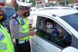Polisi membagikan brosur terkait larangan mudik kepada pengendara di kawasan Terminal Madureso, Temanggung, Jateng, Rabu (21/4/2021). Kegiatan kampanye larangan mudik oleh Satlantas Polres Temanggung dengan membagikan takjil, brosur dan masker tersebut untuk mencegah penyebaran COVID-9 dengan pendekatan humanis dan persuasif. ANTARA FOTO/Anis Efizudin/rwa.