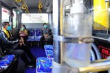 Penumpang berada di dalam Bus Rapid Transit (BRT) Trans Siginjai setelah diberangkatkan dari Bandara Sultan Thaha, Jambi, Kamis (22/4/2021). Pemerintah Provinsi Jambi, PT Angkasa Pura II (Persero), dan Perum Damri secara resmi memulai operasional lima unit armada bus Trans Siginjai untuk melayani para penumpang dari Bandara Sultan Thaha di Kota Jambi menuju Sengeti di Jalan Lintas Timur Sumatera, Muarojambi. ANTARA FOTO/Wahdi Septiawan/aww.
