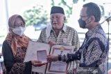 Presiden RI menganugerahkan Satya Lencana kepada 16 keluarga pejuang PETA
