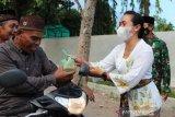 Dandim di Lombok Tengah berbagi takjil di jalanan