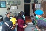 Keluarga tiga awak KRI Nanggala 402 sambangi Lanal Banyuwangi