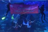 Penampil wanita beraksi dalam pertunjukan putri duyung di Jakarta Akuarium, Jakarta, Rabu (21/4/2021). Pertunjukan tersebut digelar dalam rangka memeriahkan Hari Kartini. ANTARA FOTO/Akbar Nugroho Gumay/rwa.