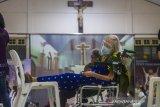 Seorang warga lanjut usia (lansia) beristirahat di ruang observasi usai menjalani vaksinasi di Gereja Katedral Keluarga Kudus, Banjarmasin, Kalimantan Selatan, Minggu (25/4/2021). Dinas Kesehatan Kota Banjarmasin menargetkan vaksinasi COVID-19 kepada sebanyak 4.200 lansia, ASN, guru, dosen,ustadz/ustadzah dan pendeta/pastor saat pelaksanaan Pekan Gebyar Vaksinasi COVID-19 di bulan Ramadhan. Foto Antaranews Kalsel/Bayu Pratama S.