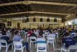 Sejumlah warga antre untuk mengikuti vaksinasi COVID-19 di Gereja Katedral Keluarga Kudus, Banjarmasin, Kalimantan Selatan, Minggu (25/4/2021). Dinas Kesehatan Kota Banjarmasin menargetkan vaksinasi COVID-19 kepada sebanyak 4.200 lansia, ASN, guru, dosen,ustadz/ustadzah dan pendeta/pastor saat pelaksanaan Pekan Gebyar Vaksinasi COVID-19 di bulan Ramadhan. Foto Antaranews Kalsel/Bayu Pratama S.