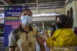 Seorang warga menjalani penyuntikkan vaksin COVID-19 di Gereja Katedral Keluarga Kudus, Banjarmasin, Kalimantan Selatan, Minggu (25/4/2021). Dinas Kesehatan Kota Banjarmasin menargetkan vaksinasi COVID-19 kepada sebanyak 4.200 lansia, ASN, guru, dosen,ustadz/ustadzah dan pendeta/pastor saat pelaksanaan Pekan Gebyar Vaksinasi COVID-19 di bulan Ramadhan. Foto Antaranews Kalsel/Bayu Pratama S.