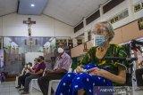 Sejumlah warga lanjut usia (lansia) beristirahat di ruang observasi usai menjalani vaksinasi COVID-19 di Gereja Katedral Keluarga Kudus, Banjarmasin, Kalimantan Selatan, Minggu (25/4/2021). Dinas Kesehatan Kota Banjarmasin menargetkan vaksinasi COVID-19 kepada sebanyak 4.200 lansia, ASN, guru, dosen,ustadz/ustadzah dan pendeta/pastor saat pelaksanaan Pekan Gebyar Vaksinasi COVID-19 di bulan Ramadhan. Foto Antaranews Kalsel/Bayu Pratama S.