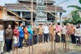 Anggota DPD I Gusti Ngurah Arya Wedakarna (tengah baju putih) bersama pimpinan Universitas Pancasila ketika melihat langsung pembangunan ruah ibadah di kampus tersebut, Sabtu (24-04-21)