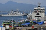 Kapal-kapal TNI AL mengibarkan bendera setengah tiang