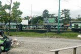 Markas Yonif 754 ENK Timika dijaga ketat saat jenazah Kabinda Papua datang