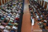 Sejumlah santri mengikuti shalat ghoib dan doa bersama di Gedung Serbaguna terpadu Pondok Pesantren Darussalam, Kabupaten Ciamis, Jawa Barat, Senin (26/4/2021). Shalat ghoib dan doa bersama sebagai bentuk kepedulian serta keprihatinan atas tenggelamnya kapal selam KRI Nanggala-402 beserta 53 awak kapal di perairan utara Pulau Bali. ANTARA JABAR/Adeng Bustomi/agr