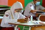 Murid mengerjakan soal PPKn melalui gawai dalam Ujian Sekolah yang diadakan secara tatap muka di SDN Dinoyo 1 Malang, Jawa Timur, Senin (26/4/2021). Ujian sekolah sebagai salah satu syarat kelulusan tersebut diadakan serentak secara tatap muka di 250 sekolah dasar negeri maupun swasta di Kota Malang. Antara Jatim/Ari Bowo Sucipto/zk.