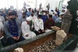 AHY ikut baca tahlil di makam Pendiri Alkhairaat