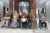 Lima kursi roda diserahkan PT. Taspen pada Pemkab Pasbar, untuk siapa..?