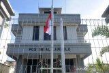 BENDERA SETENGAH TIANG PENGHORMATAN UNTUK AWAK KAPAL SELAM. Prajurit TNI AL memberikan penghormatan saat mengibarkan bendera merah putih setengah tiang di Pos AL Pelabuhan  Lampulo, Banda Aceh, Aceh, Selasa (27/4/2021). Pengibaran bendera setengah tiang selama sepekan itu untuk menghormati  53 awak kapal selam KRI Nanggala 402 yang gugur di perairan Bali. ANTARA FOTO/Ampelsa.