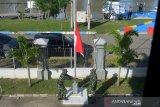 BENDERA SETENGAH TIANG PENGHORMATAN UNTUK AWAK KAPAL SELAM. Prajurit TNI AL mengibarkan bendera merah putih setengah tiang di Pos Angkatan Laut Lampulo, Banda Aceh, Aceh, Selasa (27/4/2021). Pengibaran bendera setengah tiang selama sepekan itu untuk menghormati  53 awak kapal selam KRI Nanggala 402 yang gugur di perairan Bali. ANTARA FOTO/Ampelsa