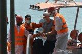 EVAKUASI ABK TANKER DI SELAT BENGGALA ACEH. Anggota Basarnas bersama tim medis karantina menurunkan anak buah kapal (ABK), Alexander Melnik (kedua kanan) warga Rusia saat tiba di pelabuhan Ulee Lheue, Banda Aceh, Aceh, Selasa (27/4/2021). ABK Alexander Melnik, warga Rusia menderita penyakit serius pada lambungnya itu dievakuasi dari kapal tanker MT Hulda Maersk berbendera Denmark di Selat Benggala dan selanjutnya dibawa ke rumah sakit Banda Aceh untuk perawatan intensif dan setelah itu kapal tanker dari Port Klang, Malaysia kembali melanjutkan perjalanan menuju Terusan Suez. ANTARA FOTO/Ampelsa.