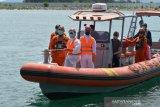 EVAKUASI ABK TANKER DI SELAT BENGGALA ACEH. Anggota Basarnas bersama tim medis karantina  menggunakan sea reader mengevakuasi anak buah kapal (ABK), Alexander Melnik (kedua kanan) warga Rusia saat tiba di pelabuhan Ulee Lheue, Banda Aceh, Aceh, Selasa (27/4/2021). ABK Alexander Melnik, warga Rusia menderita penyakit serius pada lambungnya itu dievakuasi dari kapal tanker MT Hulda Maersk berbendera Denmark di Selat Benggala dan selanjutnya dibawa ke rumah sakit Banda Aceh untuk perawatan intensif dan setelah itu kapal tanker dari Port Klang, Malaysia kembali melanjutkan perjalanan menuju Terusan Suez. ANTARA FOTO/Ampelsa.