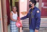 Karang Taruna Desa Margasari bagikan bingkisan ke warga