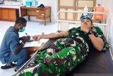 Babinsa Koramil Yapsel bantu donor darah pasien persalinan