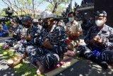Prajurit TNI AL melakukan persembahyangan di Pura Lanal Denpasar, Bali, Selasa (27/4/2021). Kegiatan tersebut dilakukan untuk mendoakan 53 prajurit Hiu Kencana TNI AL yang gugur dalam peristiwa tenggelamnya KRI Nanggala 402 saat melakukan latihan di perairan utara Bali. ANTARA FOTO/Nyoman Hendra Wibowo/nym.