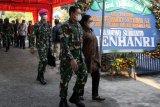 Kepala Staf Angkatan Laut (KASAL) Laksamana TNI Yudo Margono (tengah) beserta istrinya Veronica Yudo Margono (kanan) mengunjungi keluarga Komandan Satuan Kapal Selam (Dansatsel) Kolonel Laut (P) Harry Setiawan rumah Desa Tebel, Gedangan, Sidoarjo, Jawa Timur, Selasa (27/4/2021). Komandan Satuan Kapal Selam (Dansatsel) Kolonel Laut (P) Harry Setiawan gugur bersama 52 awak kapal selam KRI Nanggala 402 yang hilang kontak saat menggelar latihan penembakan rudal di laut utara Bali pada Rabu (21/4). Antara Jatim/Umarul Faruq/zk.