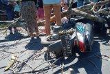 (Video) Pengendara motor di jalan Tampar-Ampar Lombok Tengah tertimpa pohon