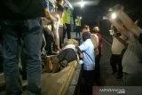 Keluarga histeris saat upacara penyambutan jenazah Bharatu I Komang di Palembang
