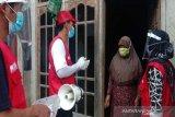 Relawan SIBAT Palang Merah Indonesia di Banjarnegara, Jawa Tengah giat melakukan promosi kesehatan mulai dari membagikan masker, memberikan edukasi kepada masyarakat, hingga memberikan sembako untuk masyarakat yang akibat dampak dari COVID-19. Hal ini menjadi upaya demi memutus rantai penyebaran COVID-19 di lingkungan masyarakat. (Antara/HO/PMI-IFRC).