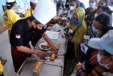 Instruktur memberikan materi pembuatan roti kepada peserta pelatihan keterampilan bagi usaha mikro di Denpasar, Bali, Rabu (28/4/2021). Pelatihan tersebut dilakukan untuk mendorong terciptanya usaha-usaha mikro seperti industri pembuatan kue dan roti rumahan guna meningkatkan perekonomian masyarakat khususnya di masa pandemi COVID-19. ANTARA FOTO/Fikri Yusuf/nym.