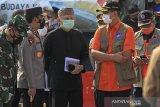 Kepala Badan Nasional Penanggulangan Bencana (BNPB) Doni Monardo (kedua kanan) berbincang dengan Kapolda Jawa Barat Irjen Pol Ahmad Dofiri (kedua kiri) dan Sekda Jawa Barat Setiawan Wangsaatmaja (tengah) saat meninjau posko penyekatan larangan mudik di gerbang Tol Cipali, Palimanan, Cirebon, Jawa Barat, Kamis (29/4/2021). Peninjauan posko tersebut untuk memastikan kesiapan personel dalam rangka peyekatan larangan mudik Lebaran. ANTARA JABAR/Dedhez Anggara/agr