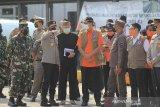 Kepala Badan Nasional Penanggulangan Bencana (BNPB) Doni Monardo (tengah) berbincang dengan Kapolda Jabar Irjen Pol Ahmad Dofiri (tiga kiri) dan Sekda Jabar Setiawan Wangsaatmaja (empat kiri) saat meninjau posko penyekatan larangan mudik di gerbang Tol Cipali, Palimanan, Cirebon, Jawa Barat, Kamis (29/4/2021). Peninjauan posko tersebut untuk memastikan kesiapan personel dalam rangka peyekatan larangan mudik Lebaran. ANTARA JABAR/Dedhez Anggara/agr