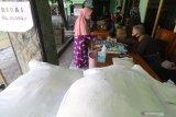 Warga membeli beras saat operasi pasar di Kantor Kelurahan Blabak, Kota Kediri, Jawa Timur, Kamis (29/4/2021). Operasi pasar yang menyediakan sejumlah kebutuhan pokok dengan harga murah saat bulan Ramadhan tersebut sepi peminat karena kurangnya sosialisasi. Antara Jatim/Prasetia Fauzani/zk