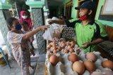 Warga membeli telur saat operasi pasar di Kantor Kelurahan Blabak, Kota Kediri, Jawa Timur, Kamis (29/4/2021). Operasi pasar yang menyediakan sejumlah kebutuhan pokok dengan harga murah saat bulan Ramadhan tersebut sepi peminat karena kurangnya sosialisasi. Antara Jatim/Prasetia Fauzani/zk
