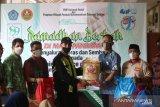 FKIP Unismuh dan Pemuda Muhammadiyah berbagi sembako kepada petugas kebersihan