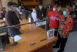 Kepala Satgas Pencegahan KPK Korwil IX Sugeng Basuki (kanan) didampingi Walikota Denpasar I Gusti Ngurah Jaya Negara (kedua kanan) berbincang dengan salah satu pegawai saat meninjau pelayanan di Mal Pelayanan Publik Graha Sewaka Dharma, Denpasar, Bali, Kamis (29/4/2021). Kunjungan tersebut bertujuan melihat perubahan dalam proses pengurusan dokumen di Dinas Penanaman Modal dan Pelayanan Terpadu Satu Pintu (DPMPTSP) Kota Denpasar serta Dinas Kependudukan dan Pencatatan Sipil (Dukcapil) Kota Denpasar. ANTARA FOTO/Nyoman Hendra Wibowo/nym.