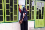 Relawan SIBAT Palang Merah Indonesia (PMI) di Cilacap, Jawa Tengah sadar akan kebutuhan masyarakat untuk beribadah di tengah pandemi COVID-19 yang tidak bisa ditinggalkan. Oleh karena itu, kegiatan memasang materi komunikasi seperti stiker dan poster di beberapa lokasi tempat beribadah menjadi upaya mengingatkan masyarakat untuk mengimplementasikan protokol 5M. (Antara/HO/PMI-IFRC).
